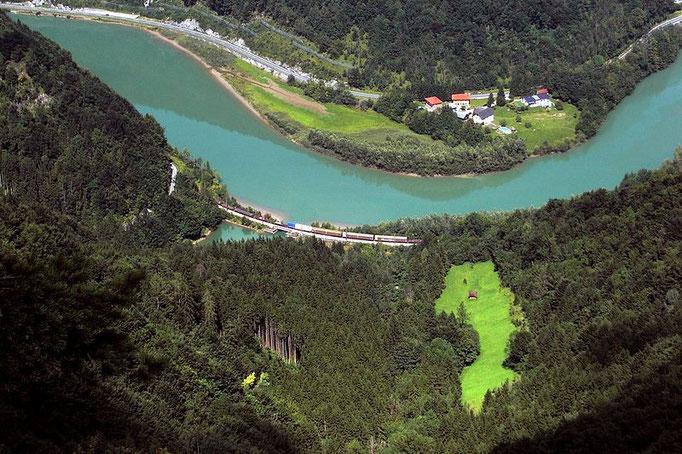 Tiefblick vom Hieselberg auf Enns und Bahnlinie