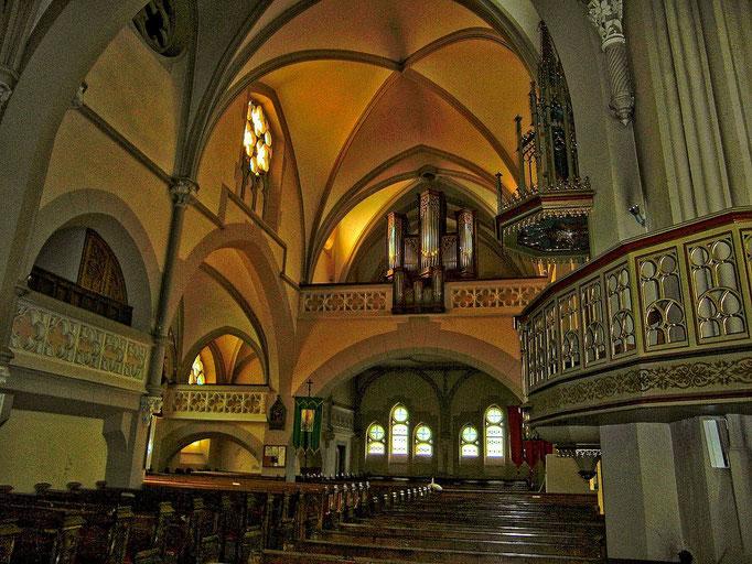 Das hintere Kirchenschiff mit der schmalen hohen Orgel