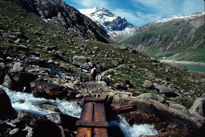 Mehrere Gletscherbäche müssen über Blockwerk und Bretter gequert werden.