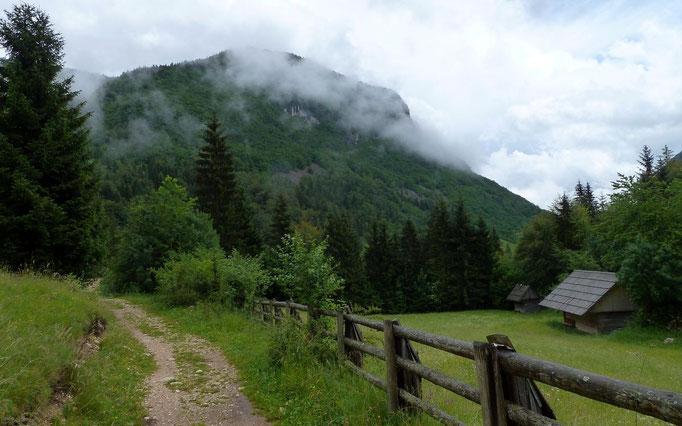 Am Wanderweg vom Parkplatz bei Stara Fujcina zur Mostnicaklamm.