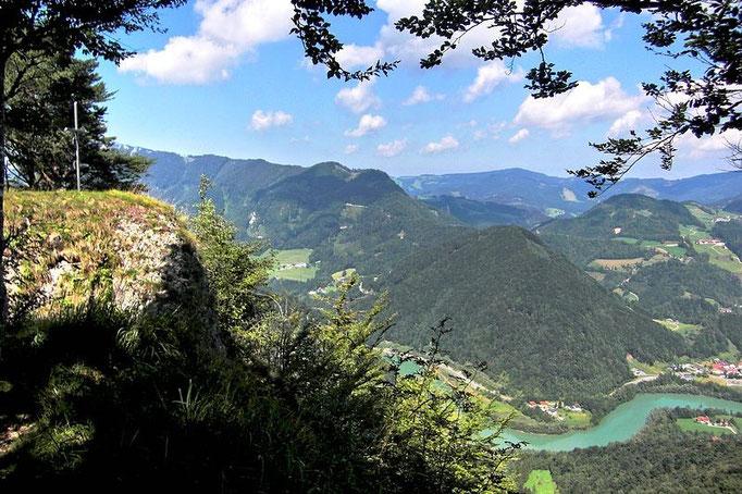 Der Kamm des Hieselbergs ist erreicht - Blick zum Gipfelkreuz, zu dem ein kleiner Steig mit Drahtseilsicherung um den Felsen herum führt.