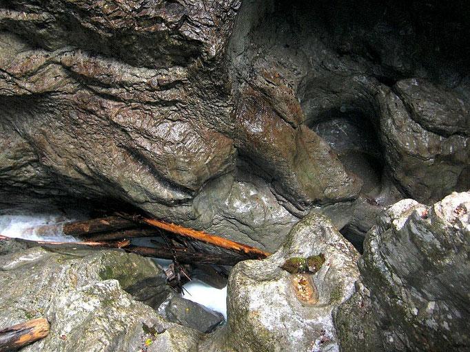 Tief hat sich die Breitach in den Fels eingegraben. Das Hochwasser von 2005 riss große Stämme mit sich fort, die sich in der engen Schlucht verkeilten.