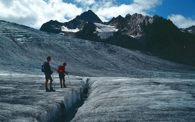 Blick längs einer Eisbachrinne zur Wilden Leck