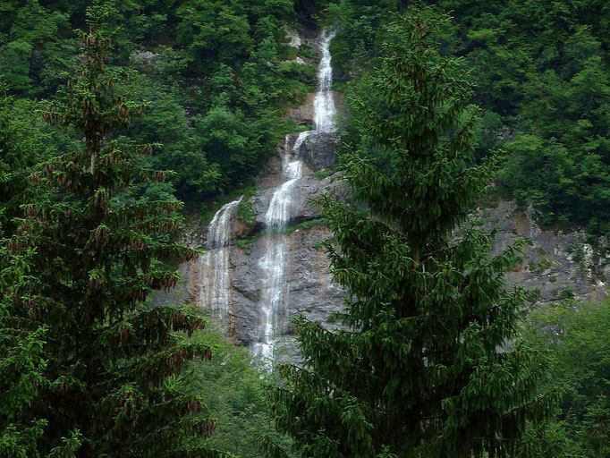 Wasserfälle eines Seitenbachs der Mostnica im Talhintergrund
