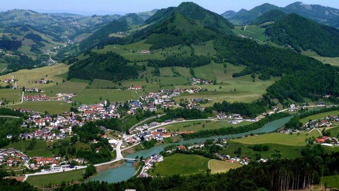 Das Gemeindegebiet von Großraming mit der Enns liegt zu Füßen ausgebreitet.
