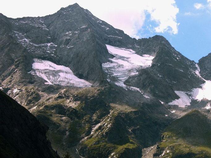 Die etwa 1000 m hohe Steilflanke des Grundschartners mit der 600 m hohen Nordkante
