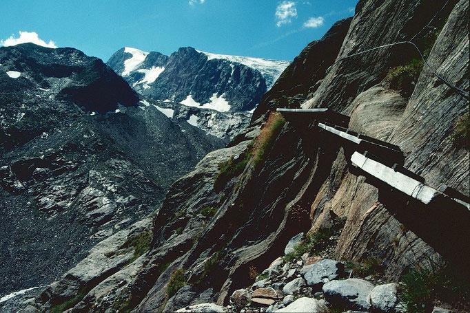 Versicherter Steig durch glatte Felsen beim Abstieg vom Peiljoch zur Sulzenauhütte