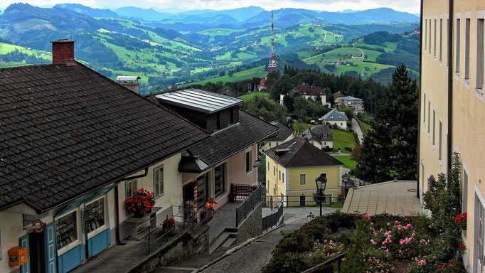 Blick über den Gebäudekomplex nach Westen zu den Ennstaler Alpen, zu den Bergen im und um den Nationalpark Kalkalpen