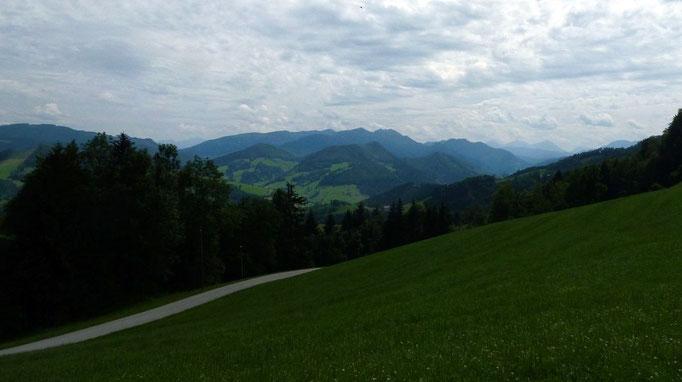 Sicht vom Wiesenrücken vor der Glaserhütte zum Almkogel und zu den Haller Mauern im Dunst