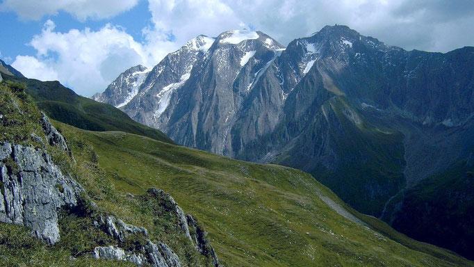 Sicht auf die steilen eindrucksvollen Nordflanken des Hochferner-Weißspitzen-Kamms mit eingelagerten Hängegletschern