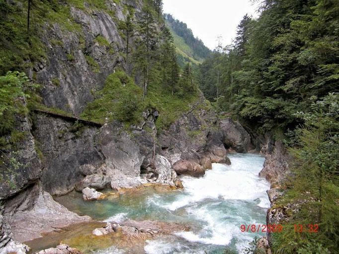 Foto vom Steg über die Steyr, die hier durch eine klammartige Verengung Richtung Stromboding-Wasserfall fließt