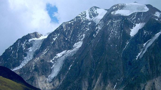 Bis zu 1000 Höhenmeter fallen die Wände des Hochferner-Weißspitzenkamm ins Pfitscher Tal ab