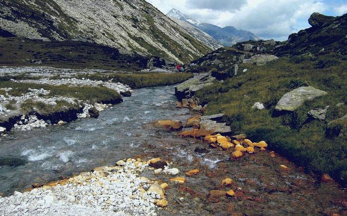 Die rötliche Färbung des in den Zamserbach mündenden Rotbachl aus der Nordflanke der Rotbachlspitze waren für diese Namensgebung ausschlaggebend. Näheres mit Foto im Link zum Mineralienatlas.