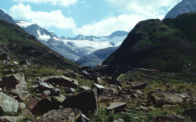 Im letzten Stück von der hinteren Sulztalalm zur Amberger Hütte.  Blick zum oberen Bereich des Sulztalferners
