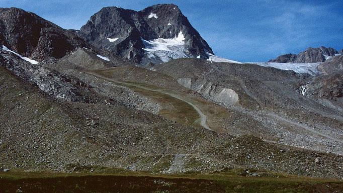 Schaufelspitze 3333 m über eingeebneten Pistengelände