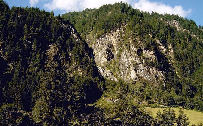 Bei Häusling. Links der Schlucht führt der Steig im Wald zur Bodenalm.