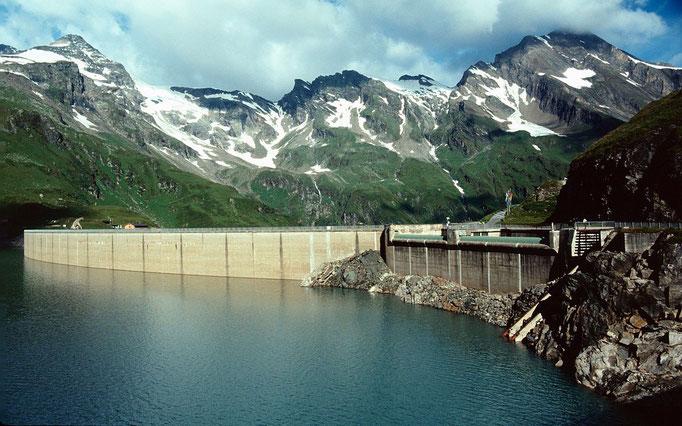 Drossensperre am Mooserboden. Links oben Kl. und Gr. Grießkogel. Rechts Kitzsteinhorn