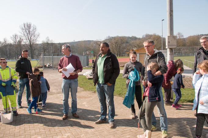 Rainer Drös und Bürgermeister John Ehret begrüßen die zahreichen freiwilligen Helfer (Foto: B. Budig)