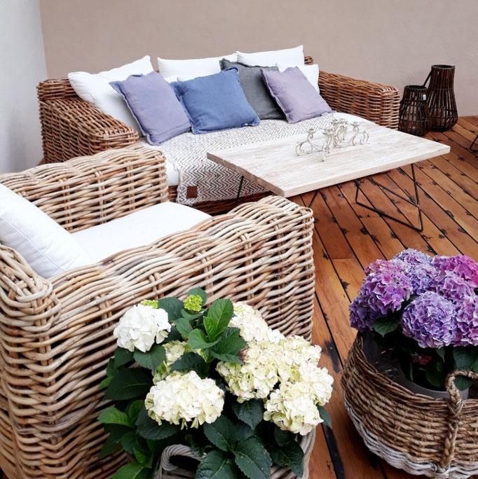 Gartenmöbel, Rattanmöbel, Rattan und wunderschöne Hortensien auf unserer Terrasse