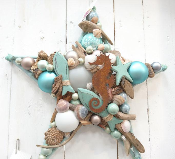 Maritimer 50 cm Stern mit einem rostigem Seepferdchen kombiniert mit Glaskugeln in aquablauen und weißen Farbtönen.