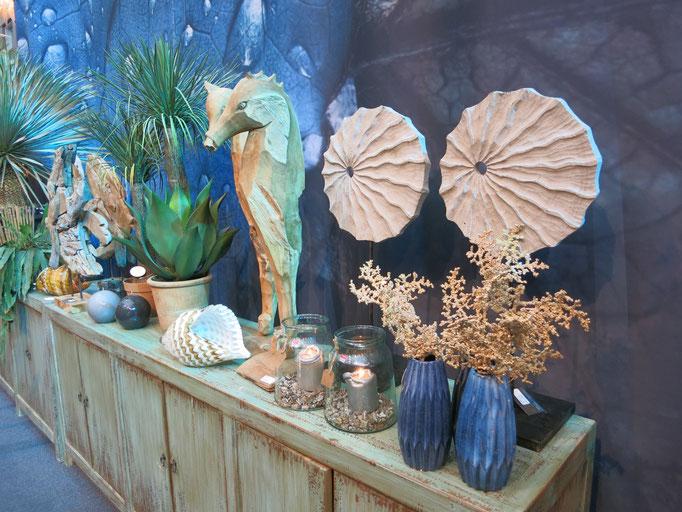 Seepferdchen aus Holz, kombiniert mit blauer Keramik - die perfekte Kombination für eine sideboard Deko im Küstenstyle.
