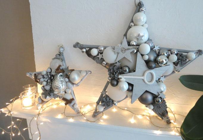 Sterne in weiß-silber im Wohnzimmer.