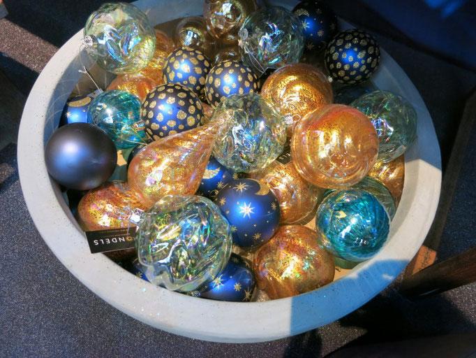 Glaskugeln in verschiedenen Gold- und Blautönen.