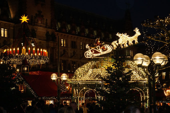 Roncalli Weihnachtsmarkt auf dem Hamburger Rathausmarkt.