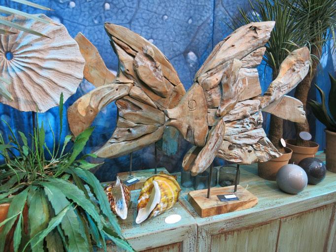 Fische als Treibholzobjekte, passende Ergänzung zur maritimen Weihnachtsdekoration.