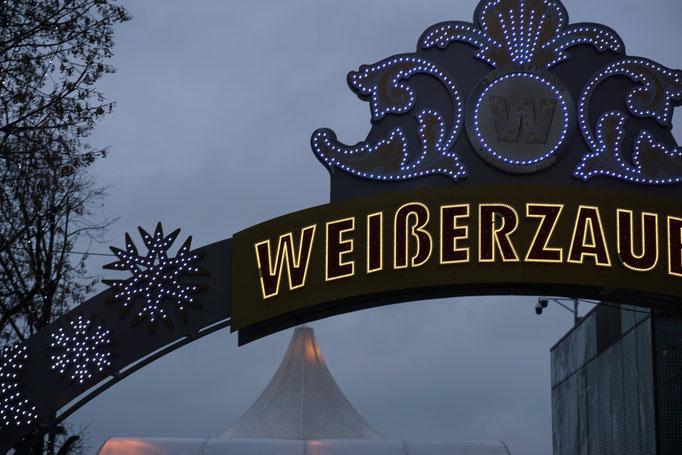 """Der Eingang des Weihnachtsmarkt """"Weißer Zauber"""" am Hamburger Jungfernstieg."""