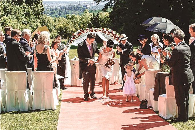 Brautpaar-auf-rotem-Teppich