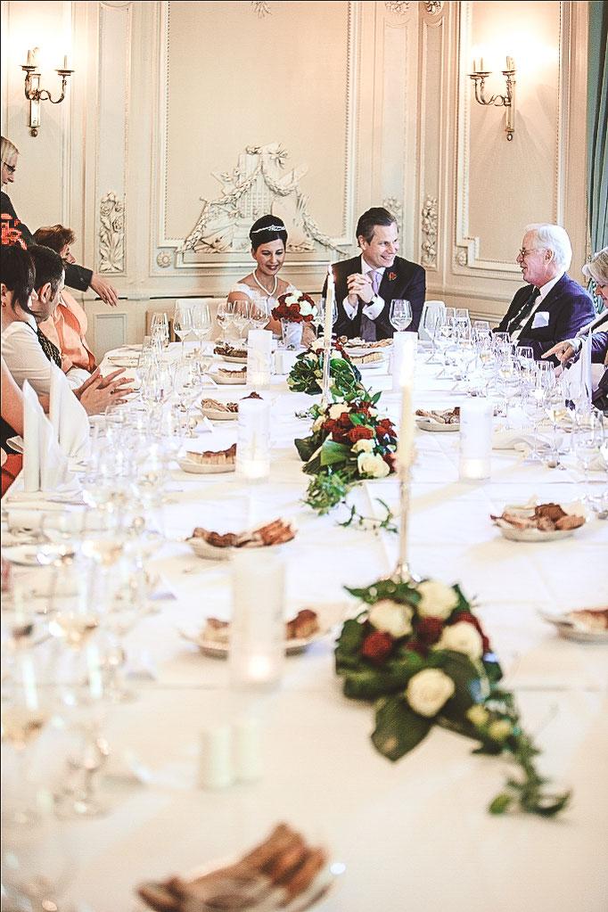 Brautpaar-an-Hochzeitstafel