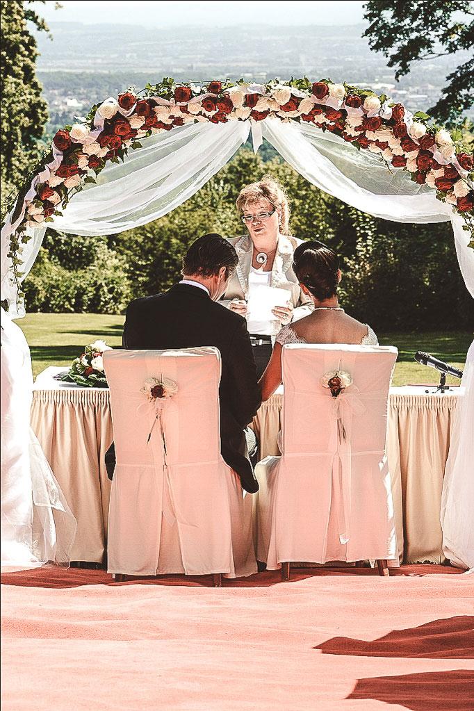 Brautpaar-und-Standesbeamtin