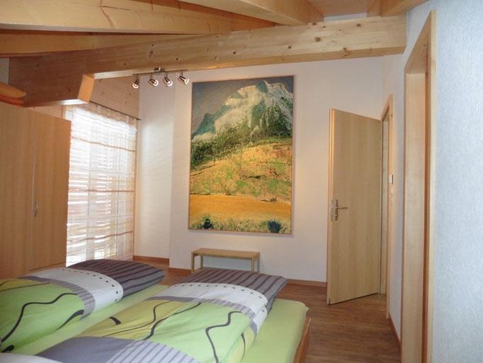 """Schlafzimmer """"Bergblick"""" mit Badezimmer und grossem Gemälde"""