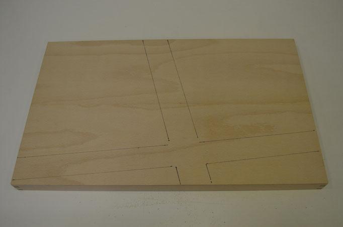 Sperrholzplatte auf Sockel. Die Strassen werden grob eingezeichnet