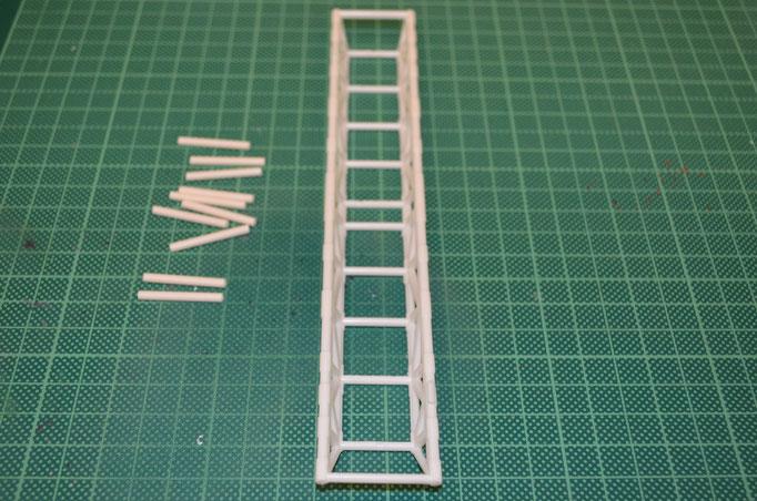 aus einem 2,5mm Kunststoff-Rundstab werden die fehlenden Verstrebungen abgelängt