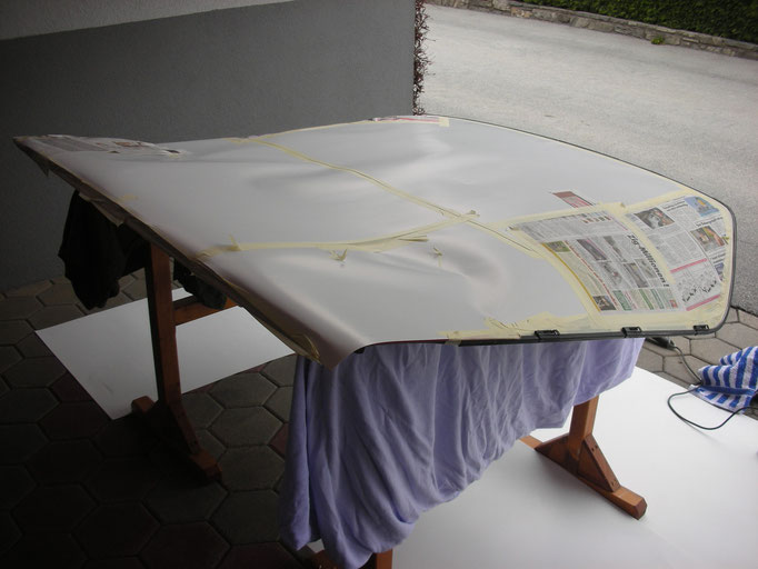 schleifen für die Lackierung des Heckklappen-Fensterrahmens
