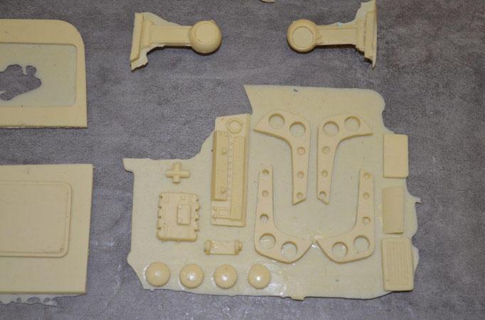 weitere Interieur und Exterieur Teile, man sieht das etwas Feinarbeit vor der Verklebung notwendig ist bevor man die Teile verbaut.