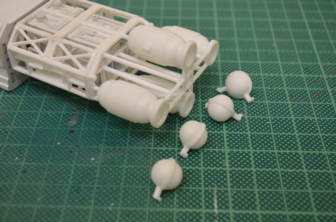 Das original Kit-Teil der Triebwerke wird viel detailierter gebaut. Dafür müssen Teile entfernt und nach Studiomodell erneut angepasst werden