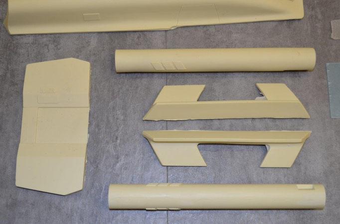 Links sieht man die hintere Innenwand und rechts die Triebwerksteile