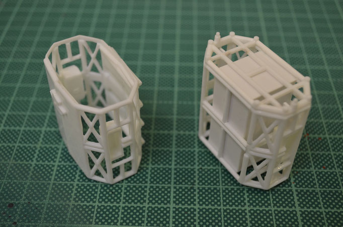 links das schon modifizierte Kit-Teil, rechts das fast fertige detailierte Teil wo noch die Oberflächen Details folgen