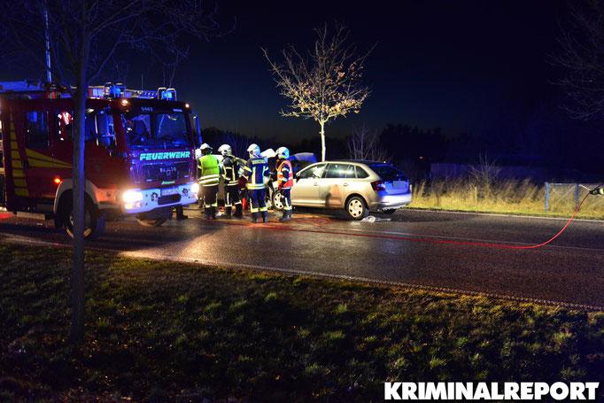 Feuerwehrleute am Unfallort.|Foto: Kevin Wuske
