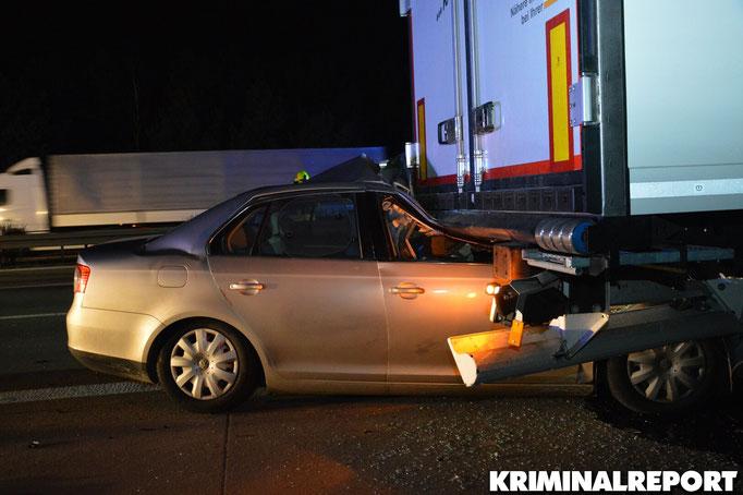 Der VW Jetta schob sich unter den Auflieger des LKW.|Foto: Kevin Krohn