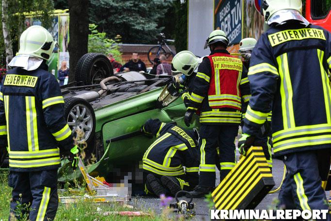 Die Rettungskräfte befreien den Beifahrer des Peugeot.|Foto: Dennis Brätsch