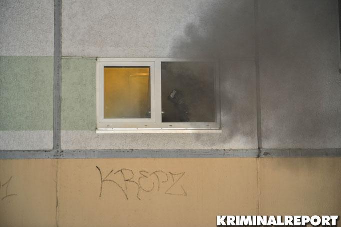 Rauch dringt aus dem Fenster des Hausaufgangs.|Foto: Kevin Wuske