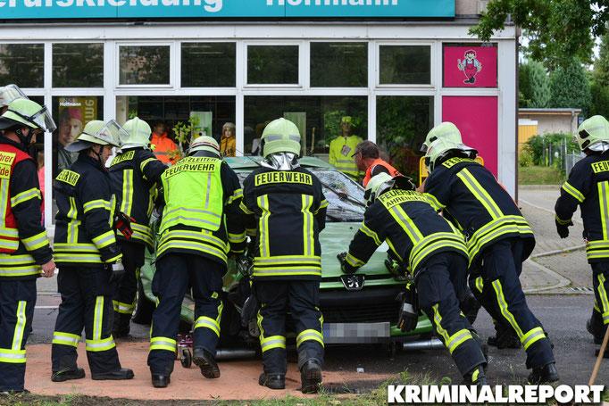 Einsatzkräfte der Freiwilligen Feuerwehren Eiche und Ahrensfelde räumen die Straße.|Foto: Dennis Brätsch