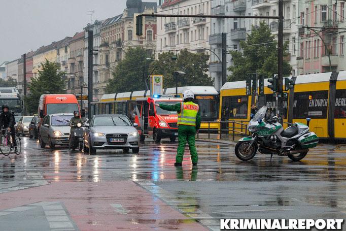 Ein Polizist regelt den Verkehr.|Foto: Christopher Sebastian Harms