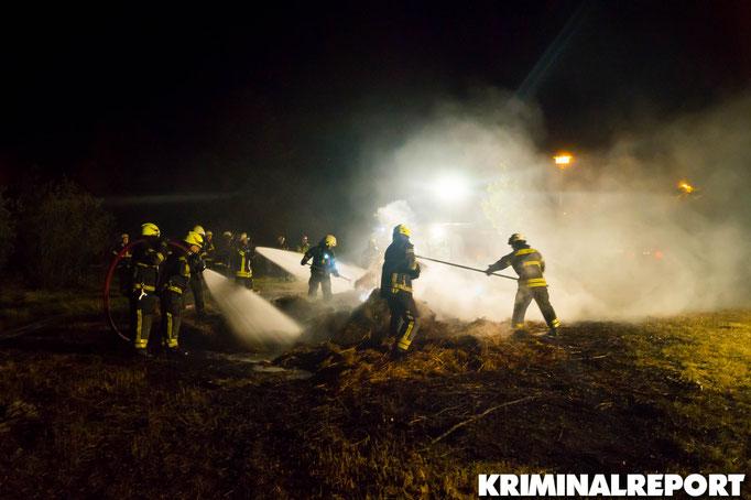 Feuerwehrleute bekämpfen das Feuer. Foto: Franz Talke