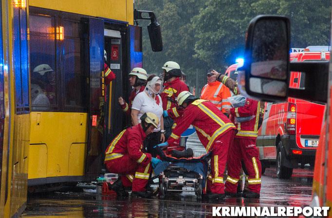 Die Feuerwehr behandelt mehrere Personen.|Foto: Christopher Sebastian Harms