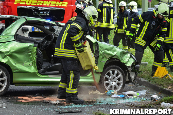 Einsatzkräfte der Freiwilligen Feuerwehr Eiche streuen auslaufende Betriebsstoffe ab. Foto: Dennis Brätsch